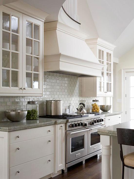 Căn bếp luôn gọn gàng, ngăn nắp với sắc trắng.