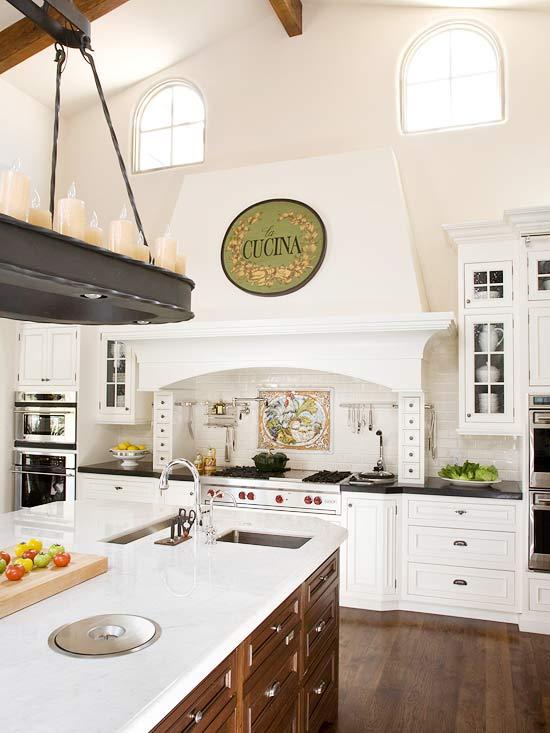 Màu trắng luôn được ưa chuộng trong không gian bếp.